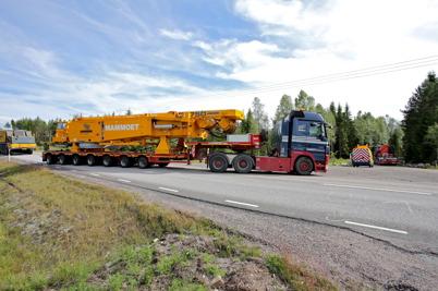 3 juli 2014 - På Mölnerudshöjden var det full fart på vindkraftsbygget, här kommer delar till den stora byggkranen.