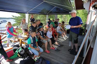 4 juli 2014 - Uppmärksamheten var total när Göran förmedlade sina kunskaper i seglarskolan.