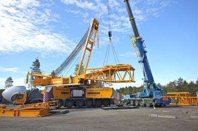 5 juli 2014 - På Mölnerudshöjden började man montera ihop den stora byggkranen.