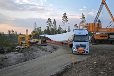 7 juli 2014 - De långa transporterna togs sig fram förvånansvärt bra på de kurviga vägarna i vindkraftsparken.