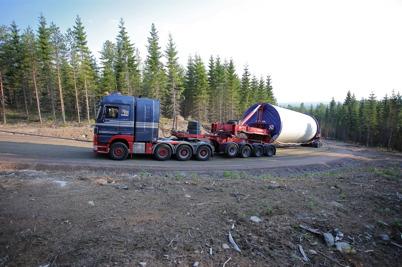 7 juli 2014 - Lastbilarna med de största delarna till vindkraftverken fortsatte att kämpa sig uppför den branta backen till Mölnerudshöjden.