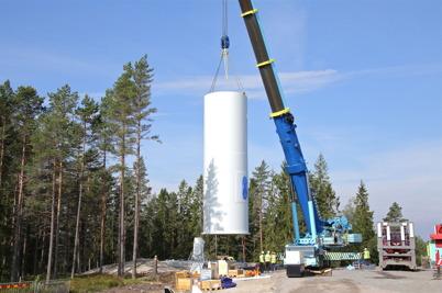 7 juli 2014 - En stor mobilkran lyfte upp de första torndelarna.