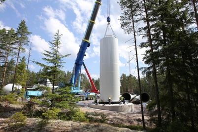 9 juli 2014 - Monteringen av de nedersta torndelarna till vindkraftverken gick på löpande band.