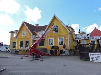 14 juli 2014 - Gamla centrumhuset i Töcksfors fick ny färg.