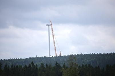 15 juli 2014 - Det gick att se från E18 hur vindkraftverken på Mölnerudshöjden sköt i höjden.