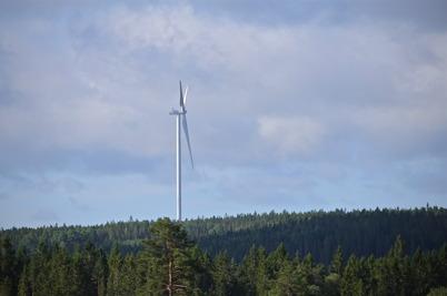 17 juli 2014 - Vindkraftverken reste sig majestätiskt över nejden.