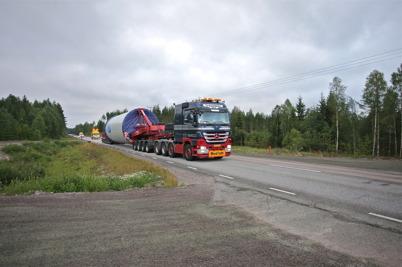 18 juli 2014 - Och på E18 fortsatte transporterna med delar till vindkraftverken att anlända.