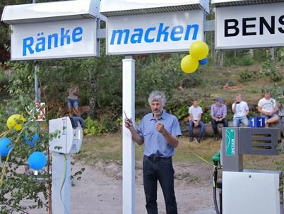 """19 juli 2014 - En programpunkt under Lennartsforsdagen var den efterlängtade invigningen av bygdens bensinmack """"Ränkemacken"""", och det var Thomas Wassberg som klippte bandet."""