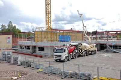 5 augusti 2014 - Vid skolbygget i Årjäng pågick gjutning av väggar.
