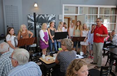 8 augusti 2014 - Allsköns musik fortsatte med att Musikskolan spelade på Restaurang Travmuséet i Årjäng.