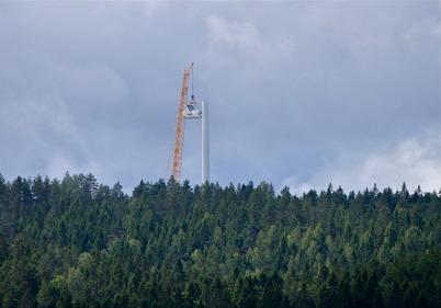 19 augusti 2014 - Det nionde och sista vindkraftverket på Mölnerudshöjden är snart slutmonterat.