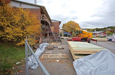 2 oktober 2014 - Väggarna till brandstationens nya vagnhall lyftes på plats.