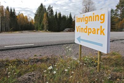 3 oktober 2014 - Vid E18 på Bäckevarvsfjället kunde man se att det var dags för invigning av vindkraftsparkerna.