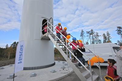 3 oktober 2014 - Nästan 1000 personer, därav många barn, kom till Mölnerudshöjden för att vara med vid invigningen av vindkraftsparkerna.