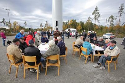3 oktober 2014 - Caféborden vid vindkraftverk nr 3 på Mölnerudshöjden fylldes snabbt med kaffesugna besökare.