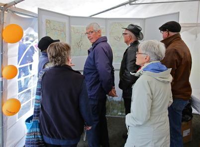 3 oktober 2014 - I utställningstältet kunde man studera kartor över vindkraftsparkerna.
