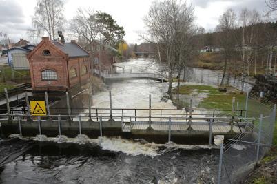 27 oktober 2014 - Vid övre forsen i Töcksfors strömmade vattnet över invallningarna.
