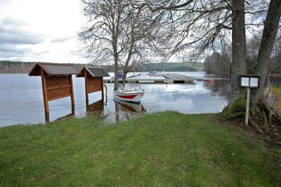 27 oktober 2014 - I  Östervallskogs båthamn var man tvungen att ta båten för att komma till båten, detta på grund av den höga vattennivån.