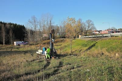 29 oktober 2014 - Och så gjordes det  markundersökning vid Älverud inför kommande byggnation av ny påfart till E18.