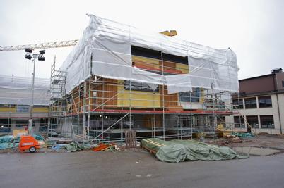 21 november 2014 - Vid skolbygget i Årjäng började träfasaden komma på plats.