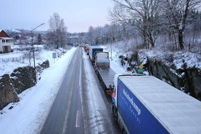 16 december 2014 - Snöfallet ställde till det på E18, med kilometerlånga köer efter en lastbilsolycka öster om Töcksfors.