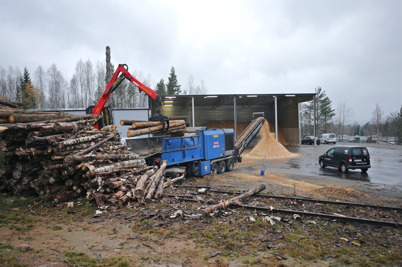 28 oktober 2014 - Vid Töcksfors fjärrvärmecentral flisade man skogsråvara för att få biobränske till pannorna.