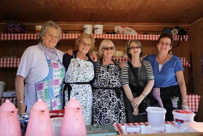 Damerna i Töcksfors IF sålde nävgröt och fika.