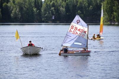 2 juli 2014 - Göran Nilsson har assisterande ledare som hjälper till att hålla koll på seglarna.