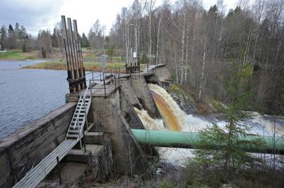 27 oktober 2014 - Vattnet från Hurrsjöarna passerar forsen vid dammen i Hån, för vidare färd ner till sjön Töck.