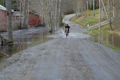 27 oktober 2014 - Vattnet svämmade över vägen vid fabriksområdet i Hån, vilket kan vara spännande.