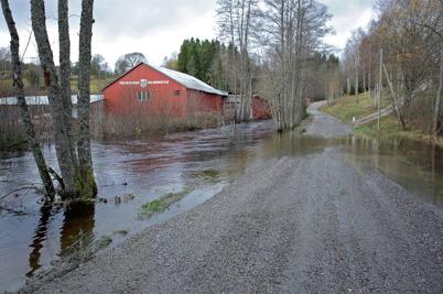 27 oktober 2014 - Vattnet svämmade över vägen vid fabriksområdet i Hån.
