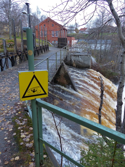 26 oktober 2014 - Dammluckorna var helt öppna vid nedre forsen i Töcksfors.
