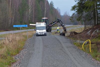 11 november 2014 - Vattenfall gräver ner fundament för belysningsstolpar.