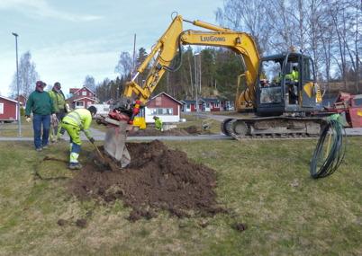 31 mars 2014 - Rör för fiberstamkabel trycks under vägen i Sandviken.