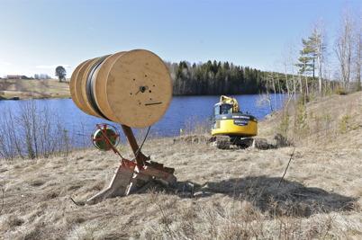 3 april 2014 - Sjökabeln har anslutits till ett kopplingsskåp vid stranden i Östegård och därifrån plöjs slangar för fiberstamkabel ner i marken fram till Östegård.
