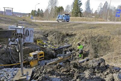 3 april 2014 - Läggningen av fiberkabel från södra till norra sidan E18 görs genom ett stålrör som trycks under E18.