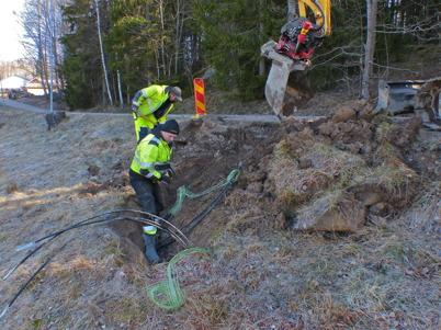 4 april 2014 - Läggning av slangar för fiberstamkabel längs med Sandviksvägen i Töcksfors.