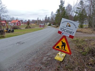 10 april 2014 - Läggning av fiberkabel för snabbt bredband till fastigheterna i Östegård.