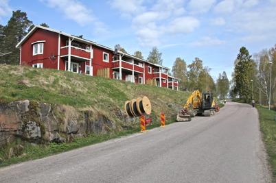 30 april 2014 - Läggningen av slangar för fiberstamkabel fortsätter från Bruksområdet norrut mot E18.