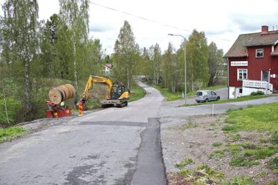 13 maj 2014 - Läggning av slangar för fiberstamkabel vid Hyttevägen, passagen under E18 är klar.