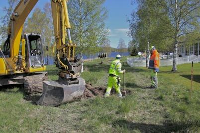 14 maj 2014 - Läggning av slangar för fiberstamkabel längs med villaområdet vid Strandvägen.