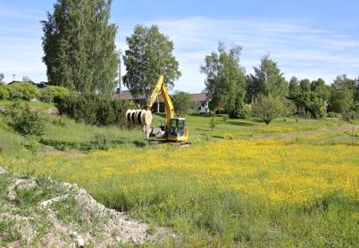 3 juni 2014 - Läggningen av slangar för fiberstamkablar är nu framme vid telestationen intill brandstationen i Töcksfors.