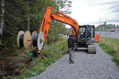 23 september 2014 - Arbetet med nergrävning av slangar för bredbandskabel fortskrider, här är det fiberföreningen Vestnet som lägger ner slangar mellan nya bostadsområdet på Prästnäset och Handelsparken.