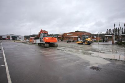 24 november 2014 - Nu är det dags att asfaltera marken vid dinX-stationen.