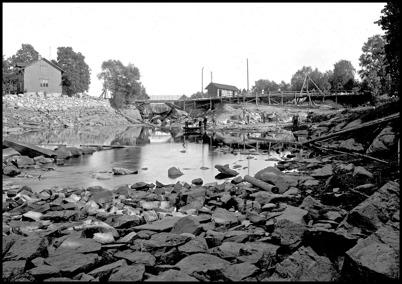 Kanalen ovanför övre forsen är torrlagd i samband med byggandet av övre slussen. Huset i vänstra bildkanten är nuvarande Restaurang Waterside.