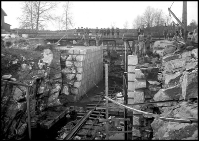 Kanalbygget vid övre slussen med den gamla träbron.