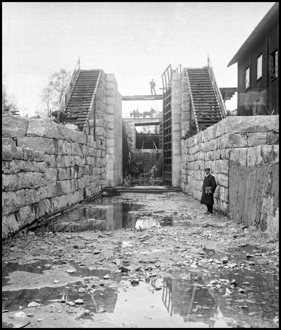 Övre slussen är klar och vattnet kan släppas på. Mannen på bilden är entreprenören Axel Algaard från Bergen, som begrundar sitt verk Kanalen Stora Lee - Östen.