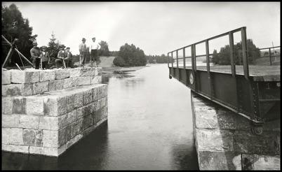 Landsvägsbron vid Sockenstugan med ny stensättning och svängbro. Bilden togs omkring 1915.