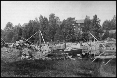 Landsvägsbron vid Sockenstugan byggs om med stensättning och en ny svängbro, vilket gör det möjligt för lastbåtar att passera.