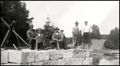 Arbetslaget som byggde nya landsvägsbron vid Sockenstugan. Bilden togs omkring 1915.